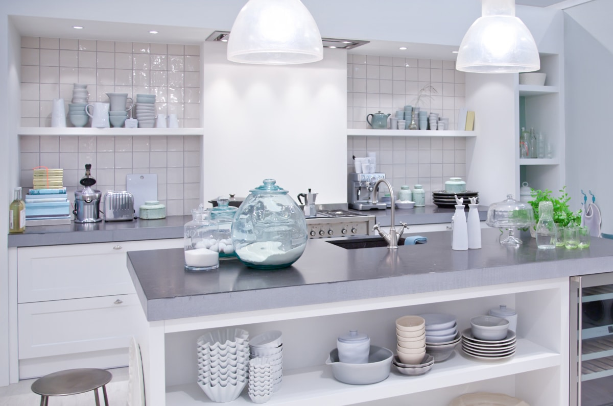 witte keuken met glanzende wandtegels